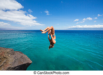 kvinna, gör, backflip, in i, ocean