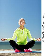 kvinna, gör, yoga, utomhus
