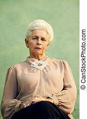 kvinna, gammal, se, kamera, allvarlig, stående, caucasian