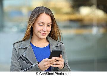 kvinna, gata, mobil, promener, användande, ringa