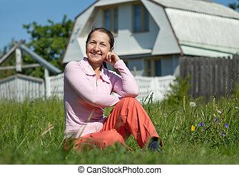 kvinna, glatt hem, främre del