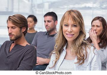 kvinna, grupp, en, patienten, terapi, lyssnande, le