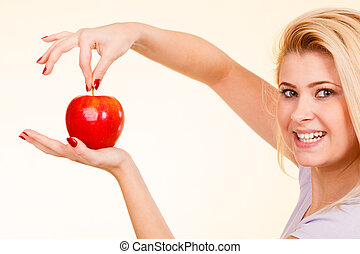 kvinna hålla rött äpple, frisk mat, begrepp