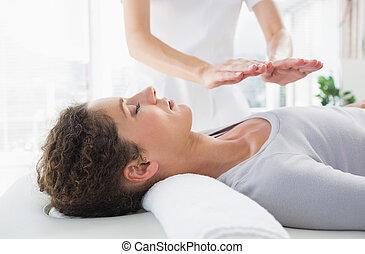 kvinna, ha, reiki, behandling