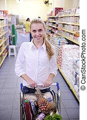 kvinna handling, in, den, supermarket