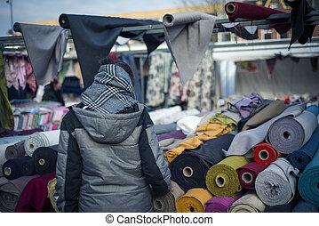 kvinna handling, in, den, traditionell, marknaden