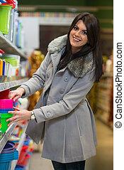 kvinna handling, in, supermarket