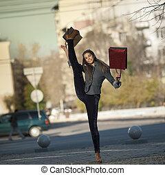 kvinna handling, ung, väska, rolig