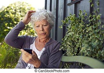 kvinna, henne, äldre, text, mobiltelefon, meddelande, läsning
