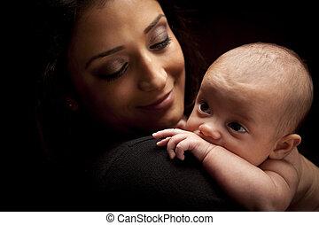 kvinna, henne, nyfödd, attraktiv, etnisk, baby