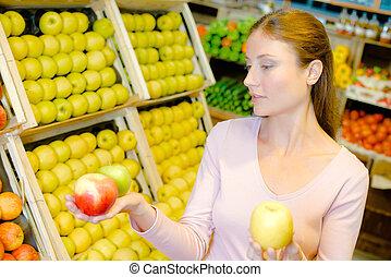 kvinna, henne, tre, äpplen, gårdsbruksenheten räcker