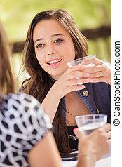 kvinna, henne, ung, talande, vuxen, utomhus, uttrycksfull, ha, vän, drycken