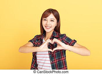 kvinna, hjärta, ung, visande, form, räcker, kärlek