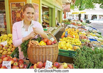 kvinna, hos, den, grönsak, och, frukt, marknaden