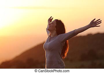kvinna, hos, solnedgång, andning, nytt lufta, uppresning beväpnar
