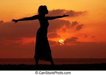 kvinna, hos, solnedgång