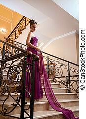 kvinna, in, a, länge, klänning, lögnaktig, trapporna