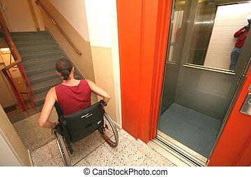 kvinna, in, a, rullstol, in, den, trapphus