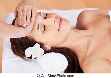 kvinna, in, ansiktsbehandlingen masserar