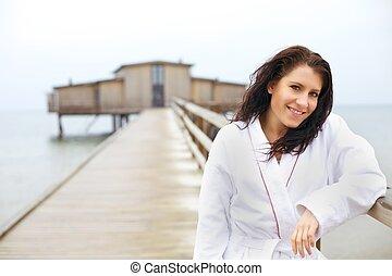 kvinna, in, badkappa, avkopplande, stranden