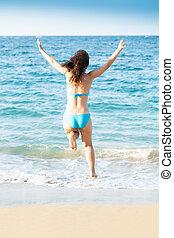 kvinna, in, bikini, hoppning, på, strand