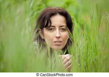 kvinna, in, blad, gräs