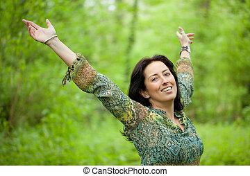 kvinna, in, grönt skog
