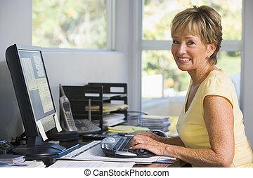 kvinna, in, huvudkontor, användande dator, le