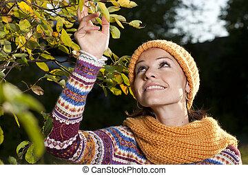 kvinna, in, natur, med, mössa, och, sjal