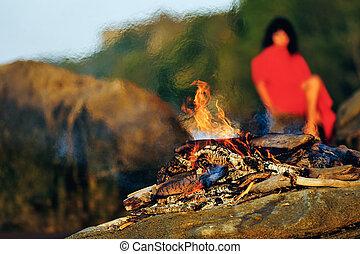 kvinna, in, röd klä, på, den, havsstrand