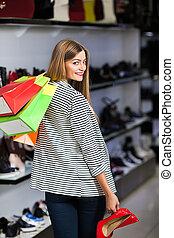 kvinna, in, sko lagret