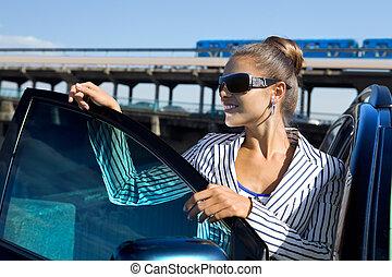 kvinna, in, solglasögon, nära, den, bil