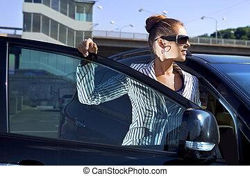 kvinna, in, svart, solglasögon