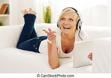 kvinna, in, vardagsrum, lyssnande, musik