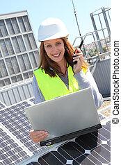kvinna, ingenjör, på, sol, paneler, plats