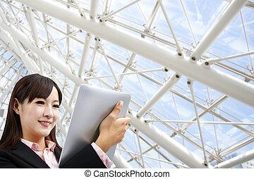 kvinna, kompress, kontor, modern affär, pc, holdingen