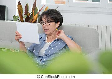 kvinna, kompress, sittande, soffa, brunett, mogna, digital, användande