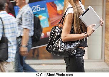 kvinna, kompress, vandrande, gata, ung, dator