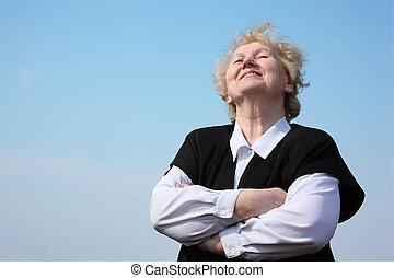 kvinna, korsat, äldre, räcker