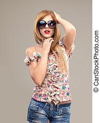 kvinna, kortbyxor, solglasögon, mode, framställ, stående,...
