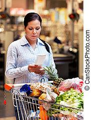 kvinna, kvitto, rutig, hos, den, supermarket