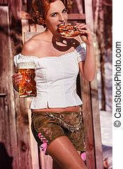 kvinna, läder, sejdel, salt kringla, öl, attraktiv, byxor