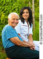kvinna läkare, /, äldre, utomhus, le, sköta