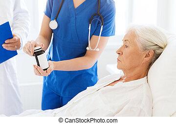 kvinna läkare, ge sig, sjukhus, medicin, senior