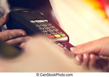 kvinna lämna, infogar, kreditkort, in i, a, läsebok