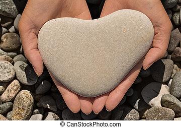 kvinna lämnar, holdingen, a, hjärtformig, sten