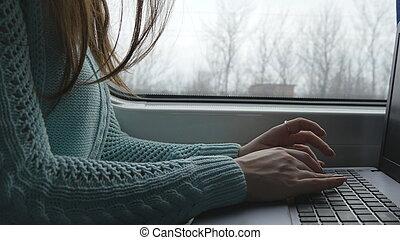 kvinna lämnar, maskinskrivning, på, tangentbord, av, laptop, in, train., kvinna, prata, med, vänner, under, resande, på, railway., ung flicka, användande, notebook., arm, tryck, a, message., tillsluta