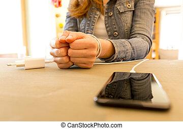 kvinna lämnar, och, smartphone., kvinna, räcker, snärjet, och, svept, på, handleder, med, rörlig telefonera, kabel, som, handcuffs., böjelse, till, internet, och, social, knyter kontakt