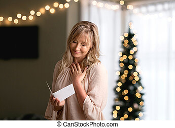 kvinna läsning, a, innerlig, meddelande, anteckna, eller, kort