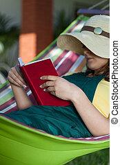 kvinna läsning, bok, på, a, hängmatta